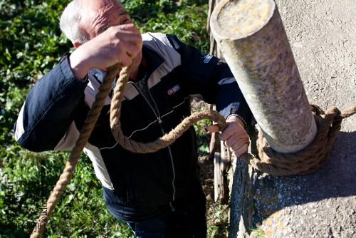 Vezivanje uze u dnu sela, ožujak 2011. (foto: Stjepan Tafra)