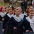Ophod povorke bijelih maškara, djevojke na kraju povorke, Putnikovići, ožujak 2014. (foto: <em>Stjepan Tafra</em>)