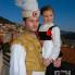 Dolazak u kapetanovu kuće, kapetan i djevojčica u nošnji, Smokvica, veljača 2011. (foto: iz arhiva VU Kumpanjija Smokvica)